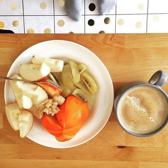 Der Körper braucht Vitamine! Apfel, Kaki, Kiwi und Erdnusscreme von @alnatura . Natürlich darf der obligatorische Kaffee nicht fehlen. . . .  #senseokaffee #kaffee #kaffeezeit #obstteller #früchte #apfel #fruitbowl #diesensamstag #diesensamstagonlineshop  #naturkosmetik  #leipzig #wellness #zertifiziert  #natürlich  #natur # #naturalcosmetics #hautpflege #bio #organisch  #schönheit  #diesensamtag #bioprodukte #nachhaltig  #pflege #natürlicheinkaufen #bioprodukte  #biologisch #organisch…