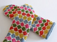 Ravelry: Pearl Chain Mittens pattern by handepande