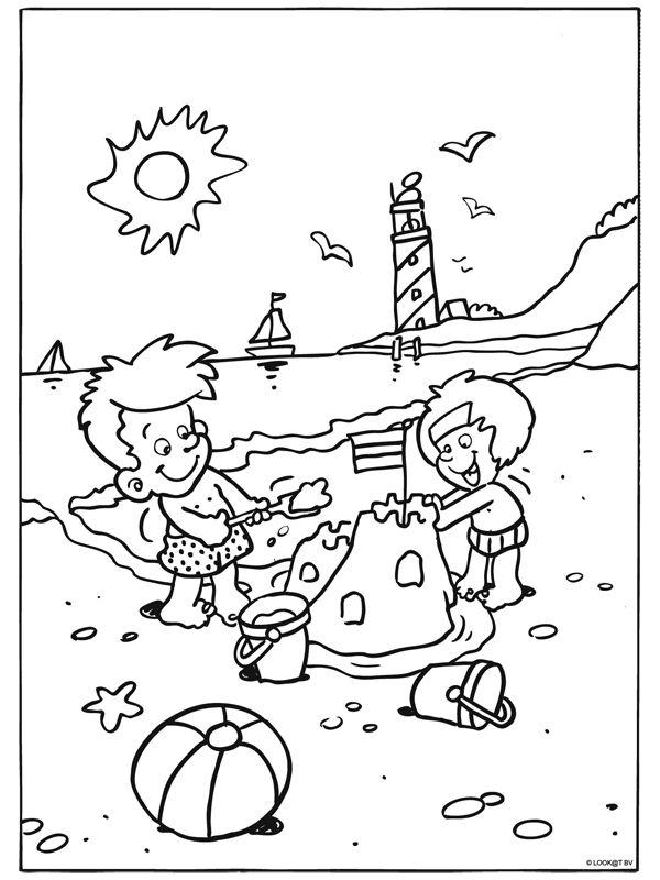 Kleurplaat Heerlijk spelen op het strand - Kleurplaten.nl