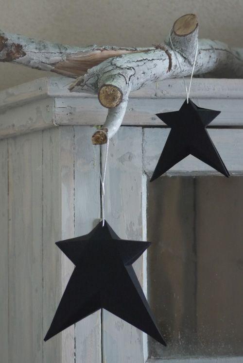 Deze sterren van dik karton zijn geweldig leuk om te maken en op te hangen! Alles wat je nodig hebt wordt meegeleverd in de verpakking: drie uitgeknipte en voorgevouwen papieren sterren, dubbelzijdig tape en zilveren koordjes (al bevestigd). Ideaal verrassing-post-kadootje... past gewoon door de brievenbus! Kleur: zwart Maten: 15, 18 en 20 cm. http://www.puurstaud.nl/alittlelovelycompany