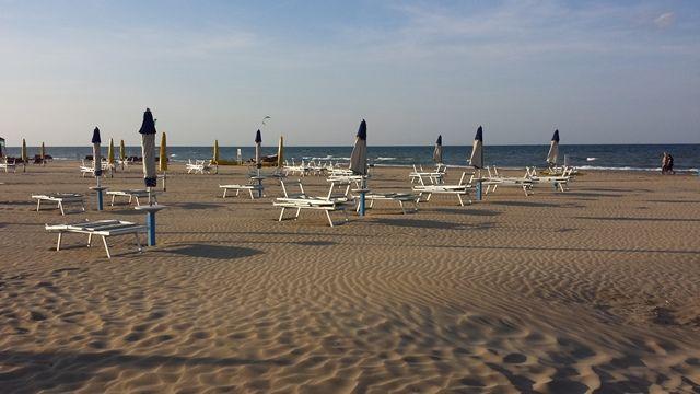 la spiaggia di sera the beach at the sunset #sera #tramonto #spiaggia #rimini #beach #ombrelloni #sunombrella #sunset