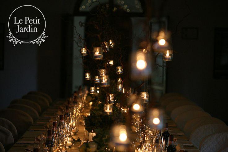 Composizioni con alti rami di nocciolo, con piccole candeline appese...l'effetto è assolutamente romantico ed intimo, la tavola è perfettamente illuminata e gli ospiti potranno godere di questa splendida atmosfera..