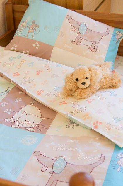 Комплект в кроватку детское постельное белье `Кошки-мышки`. Ваш малыш будет просто в восторге от этих  милых и трогательных зверушек. Оригинальный принт из новой дизайнерской коллекции постельных тканей! Очень красивое сочетание ярких оттенков голубого и кофейно-молочных тонов.