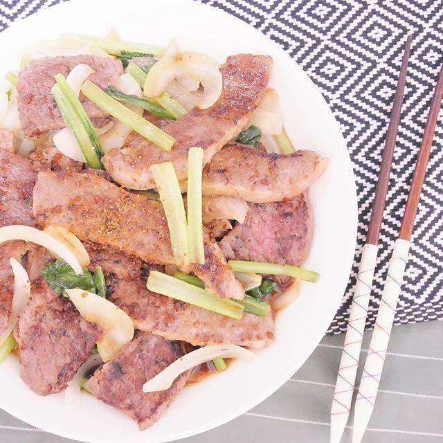 ハッピーフライデー⭐︎ 今週も一週間お疲れ様でした🍻 今晩はお肉はどうですか🍖  今回使ったお肉は淡路ビーフです。融点の低い脂で、一見脂身が多そうでもさっぱり食べられます🍖  付き合わせは淡路島産タマネギで🥗  #男子ごはん #男子弁当 #お肉 #肉 #お家ごはん #お家焼肉 #肉部 #instafood #delistagrammer #foodstagram #インスタフード #デリスタグラマー #フードスタグラム #balloome #バルーミー