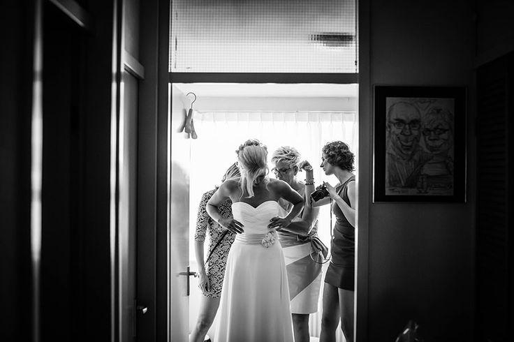 Bruid krijgt hulp met aantrekken van trouwjurk, Bruiloft Haarlem, Bruidsfotografie, Bruidsfotograaf | Dario Endara