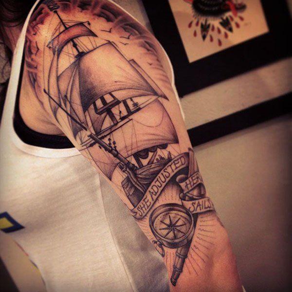 Joli bateau tatoué sur le bras avec des beaux effets d'ombrages https://tattoo.egrafla.fr/2016/02/25/modeles-tatouage-bateau/
