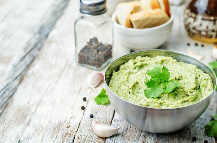 Hummus di avocado e lime, delizioso e velocissimo da preparare. Perfetto come antipasto, o spuntino, servito con tortilla chips o burrito.