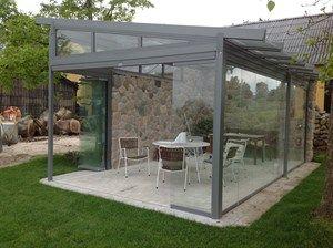 Udestue / overdækket terrasse. Natursten, glas.