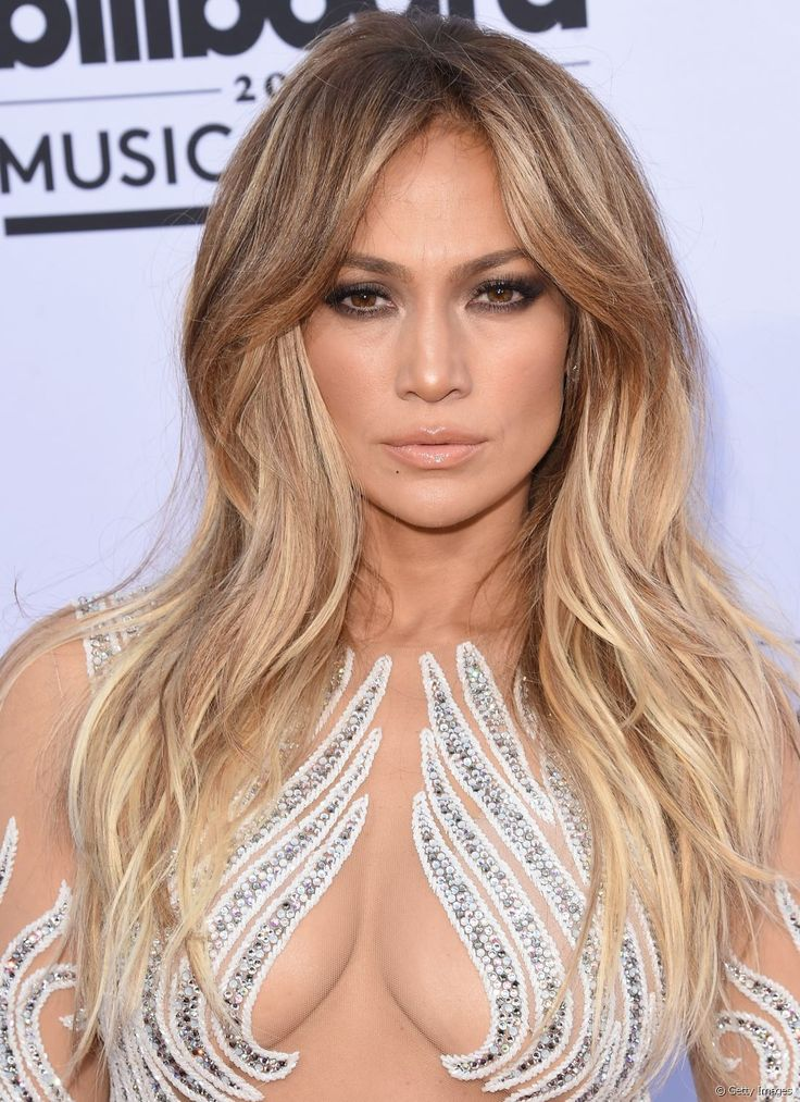 A cantora Jennifer Lopez aposta em um corte em camadas de diferentes tamanhos na frente do cabelo e ainda reforça o estilo com um lindo ombré hair