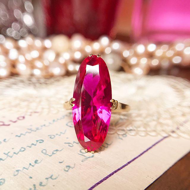 資生堂のオイデルミンみたいなローズピンクサファイアの指輪を出品します🌹  見ているだけで気持ちが上がる乙女チックなピンク色と繊細な王冠透かし(孔雀透かし)の台座のデザインが可憐で美しい指輪です(*^^*)✨  #メルカリ から#青猫宝石箱 でご覧いただけます🌟  ⋆  #ヴィンテージリング #ヴィンテージ #vintagering #SHISEIDO #資生堂 #ビンテージ #アンティークジュエリー #アンティークリング #antiquejewelry #antiquering #アンティーク #王冠透かし #昭和レトロ #レトロリング #昭和ジュエリー #キャンディリング #サファイア #ルビー #ピンクサファイア #合成石 #k18 #18金 #宝石 #天然石 #オイデルミン #クラシカルリング #ローズピンク  ⋆  #青猫昭和ジュエリー