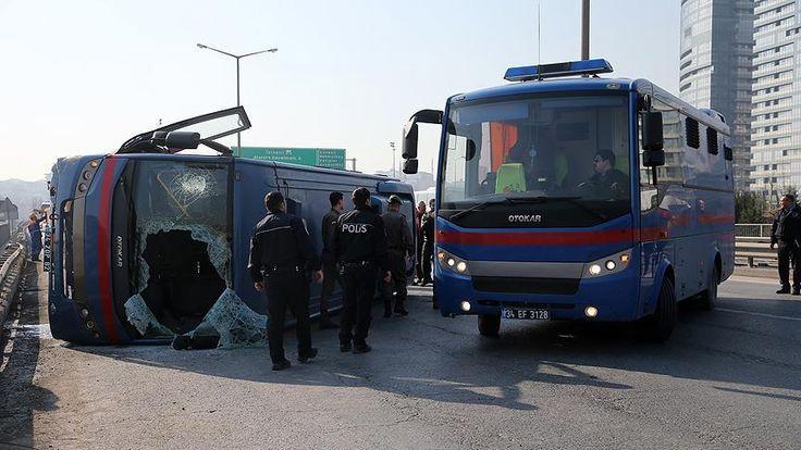Silivri Cezaevinden Çağlayan Adliyesine mahkum götüren cezaevi aracı Mahmutbey Viyadüğü'nde yoldaki bariyere çarparak devrildi.