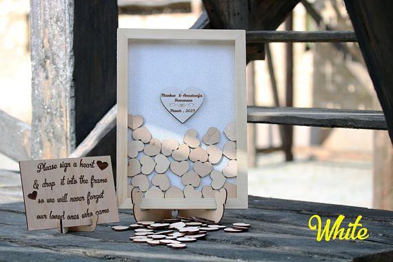 Bienvenue amis! Ce rustique en bois alternative des idées mariage invité livre chute coffret cadeau dans un cadre naturel avec un coeur en argent. Personnalisable, le livre d'or goutte dessus avec vos noms. Le livre d'or exclusif est fait pour vous. La photo montre la toile de jute fond couleur blé, si vous avez besoin d'une autre couleur, coeur ou cadre de couleur, s'il vous plaît me contacter, nous faire des livres d'invités de différentes conceptions. La couleur peut être légèrement…