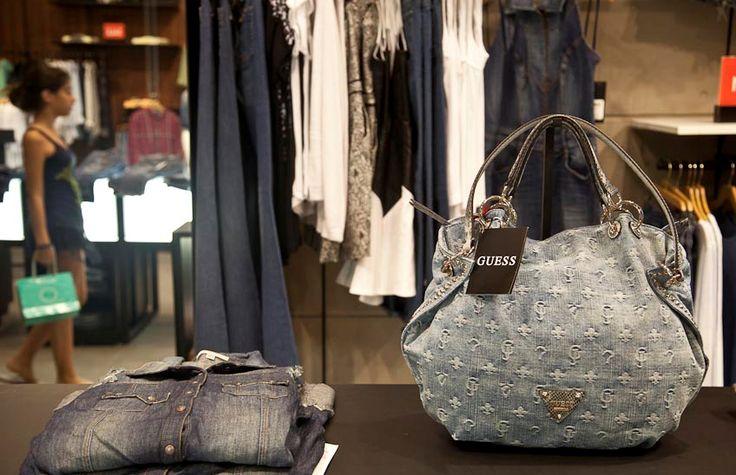 No Brasil desde o fim de 2013, @guess conta com 4 lojas próprias e presença em 800 multimarcas. Empresa quer abrir franquias em 50 cidades nos próximos anos #guess #fashion #jeans #store #retail #NOVAREJO