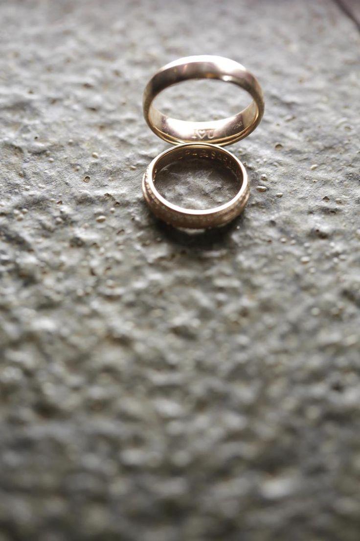 Ingin tahu gimana mewahnya pernikahan adat Jawa yang sangat kental dengan adat istiadatnya? Yuk simak cerita dari Sarah dan Indra berikut ini.