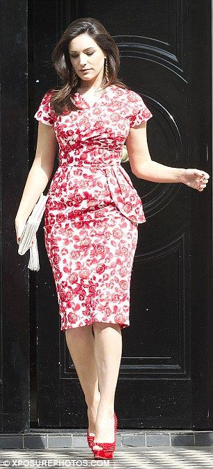 Ok so yesterday I was told that Sophia Loren is too perfect loking to use as an example of an hourglass woman - here is a less perfect hourglass celebrity - Kelly Brook -  she looks great in this dress , her waist is accentuated and her shoulders and hips perfectly balanced - for more hourglass tips - http://www.carolinefashionstyling.com/2013/06/body-shape-post-hourglass.html #hourglass #fashionstylist