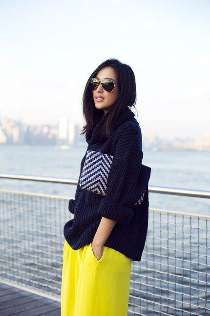 Pantalon jaune et pull bleu marine. Comment créer un look en associant des couleurs dites complémentaires: https://one-mum-show.fr/comment-assortir-les-couleurs/