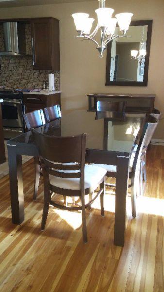 ensemble de salle à manger 8 morceaux en bois, couleur brun chocolat. en très bon état, vitre protectrice incluse. peut facilement asseoir 8 personnes. table de 39''x 71'' 6 chaises buffet peut être vendu séparément