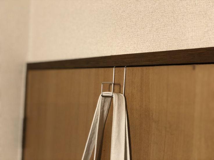 木製のカーテンボックスは、寂しく見えがちなカーテレールまわりの印象をガラッと変えます。またカーテンボックスはカーテンの隙間をふさぐため、カーテンの遮光性が高まり、部屋の冷暖房効率をあげる効果も期待できる。