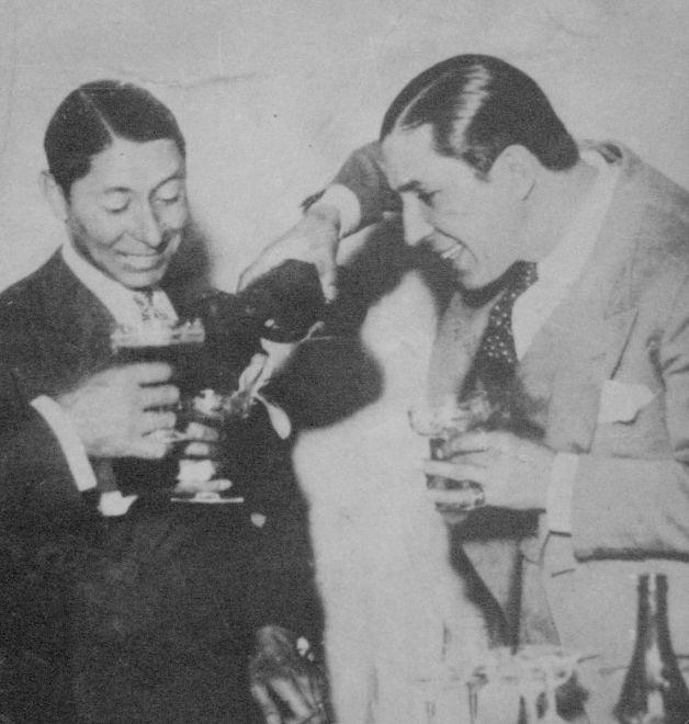 """Leguisamo y Carlos Gardel. Irineo Leguisamo nació en el pueblo de Arerunguá, en el departamento de Salto, Uruguay. Consagrado jockey uruguayo que se caracterizó por correr con la fusta bajo el brazo.      Modesto Papávero compuso en 1925 el tango """"Leguisamo solo"""", popularizado por Carlos Gardel, amigo del jinete y aficionado a las carreras. (Sobre el mismo tema, Gardel grabó los tangos """"Palermo"""" y """"Por una cabeza"""")"""