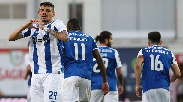 Alex Telles, que saiu lesionado, e Soares (2) apontaram os golos do FC Porto no Estoril (3-1)