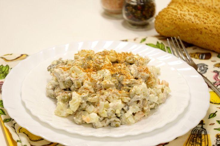 Салат «Оливье» с индейкой - картофель (отварной)  3-4 шт. яйца куриные (вареные)  4 шт. индейка (отварная)  300 г зеленый горошек (консервированный)  1 банка лук  0,5 шт. морковь  1 шт. огурец соленый  2 шт. майонез  по вкусу сметана  по вкусу аджика (сухая)  по вкусу