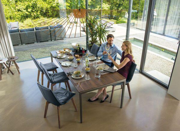 TEAM 7 brengt comfort in je eetkamer: innovatieve natuurhouten uittrektafels, comfortabele stoelen en banken, en stijlvol meubilair voor bergruimte.