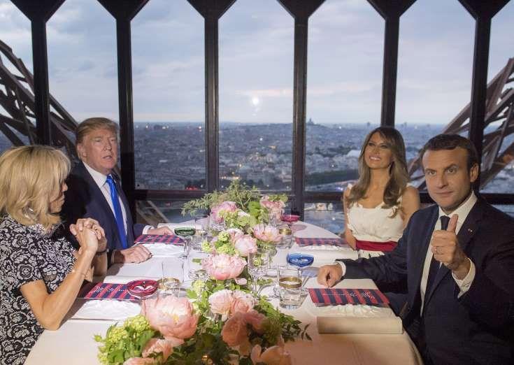 Brigitte et Emmanuel Macron et Donald et Melania Trump au deuxième étage de la Tour Eiffel, où ils o... - SAUL LOEB/AFP