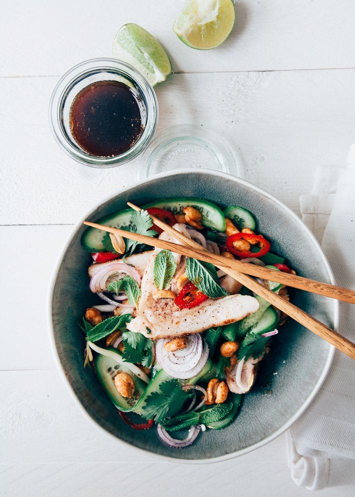 Thaise salade met lekkere limoendressing, veel groenten en gebraden kip. Lekker snel recept, waarvoor je niet veel hoeft te koken. Perfect voor doordeweeks.