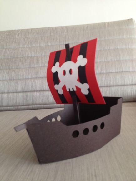 Navio Pirata Em papel de alta gramatura (240g) e montagem em scrapbooking, linda lembrancinha que também pode ser usada como centro de mesa. Um sucesso entre as crianças. Duas opções de vela, definir no pedido. Vale a pena conferir! O navio vai vazio! Não estão incluídos recheios. R$ 12,00