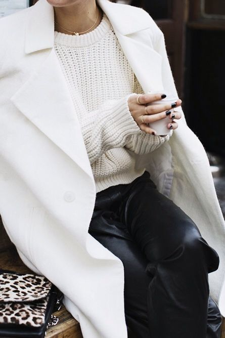 Acheter la tenue sur Lookastic: https://lookastic.fr/mode-femme/tenues/manteau-blanc-pull-torsade-blanc-pantalon-de-jogging-noir/16312 — Pull torsadé blanc — Manteau blanc — Pantalon de jogging en cuir noir — Pochette en daim imprimée léopard beige
