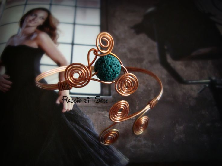 Bracciale rigido realizzato con filo in rame e perla in pietra lavica verde scuro.  #wire #bracciale #rame #handmade