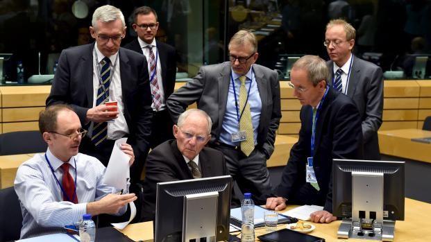 Au centre, le ministre des Finances allemand,Wolfgang Schaeuble, lors de l'Eurogroupe sur la Grèce à Bruxelles le 12 juillet 2015. | ERIC VIDAL / REUTERS