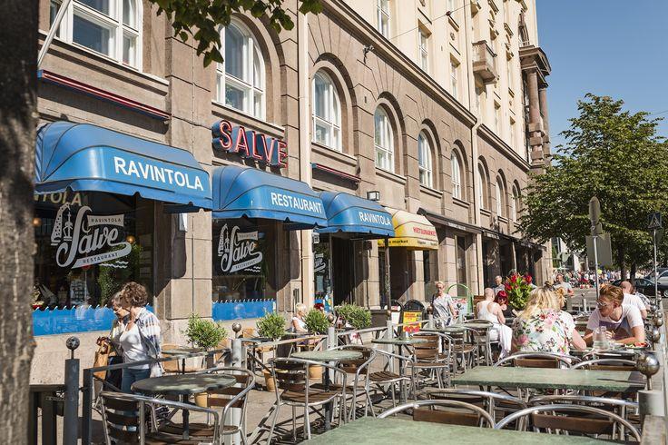 Kaupunkielämisen parhaita puolia: ulkona syöminen. / Dining out: the best parts of city living.