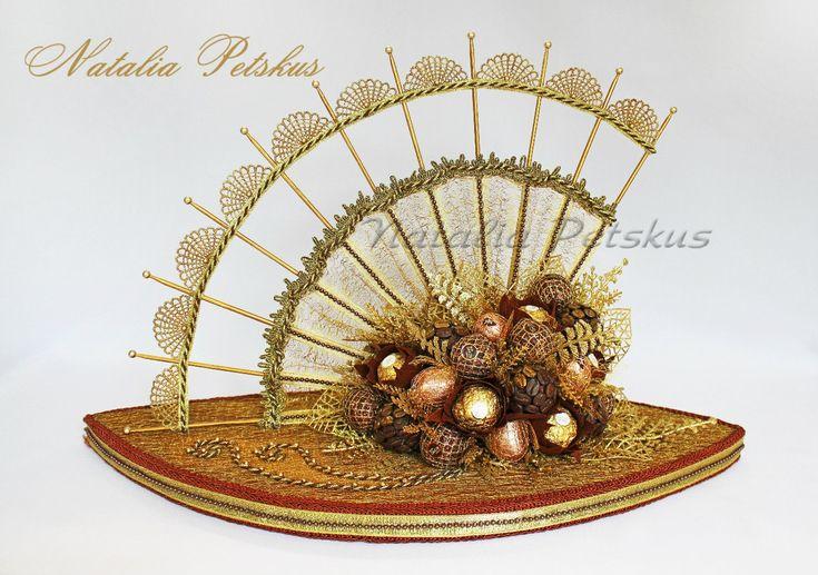 Нам понадобится - конфеты (в данном случае Ferrero Rocher, Ferrero Rondnoir и Nue)  - флористическая гофрированная бумага - флористическая сетка - пеноплекс или пенопласт (толщиной 2 см) - шпажки и зубочистки - салфетки - клей ПВА