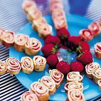 TWISTERS 16 aardbeien  1/3 pot aardbeienjam (ca. 150 g)  16 kant-en-klare pannenkoeken  2 bakjes verse roomkaas naturel (bakje à 150 g)