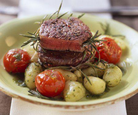 Rezept: Straußenmedaillons mit Kartoffelgnocchi und Rosmarin