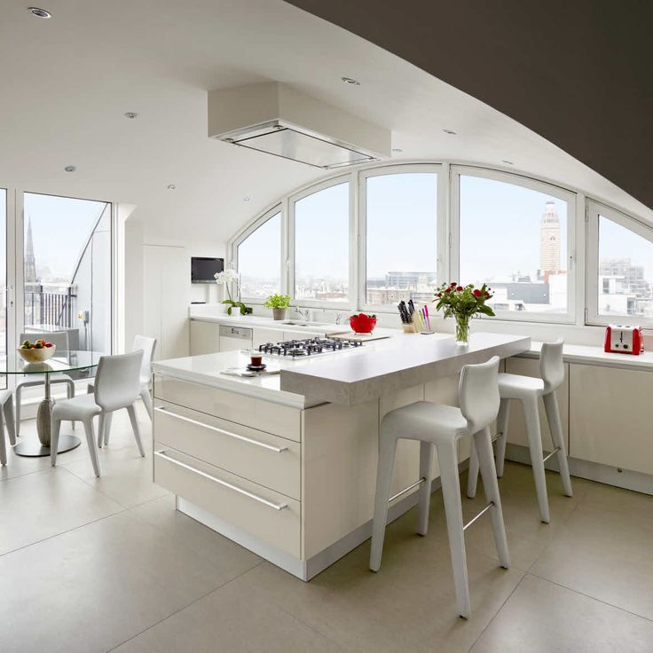 Penninsular kitchen shape with a breakfast table bar to enjoy all the free space and city view