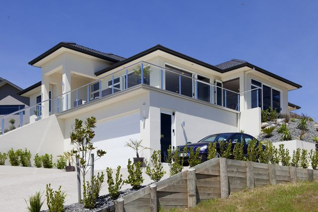 The headland dominance of this Omokoroa home gives a breathtaking panorama that sweeps from glimpses of cruise ships at Mt Maunganui to exquisite sunsets over the Kaimai Range.