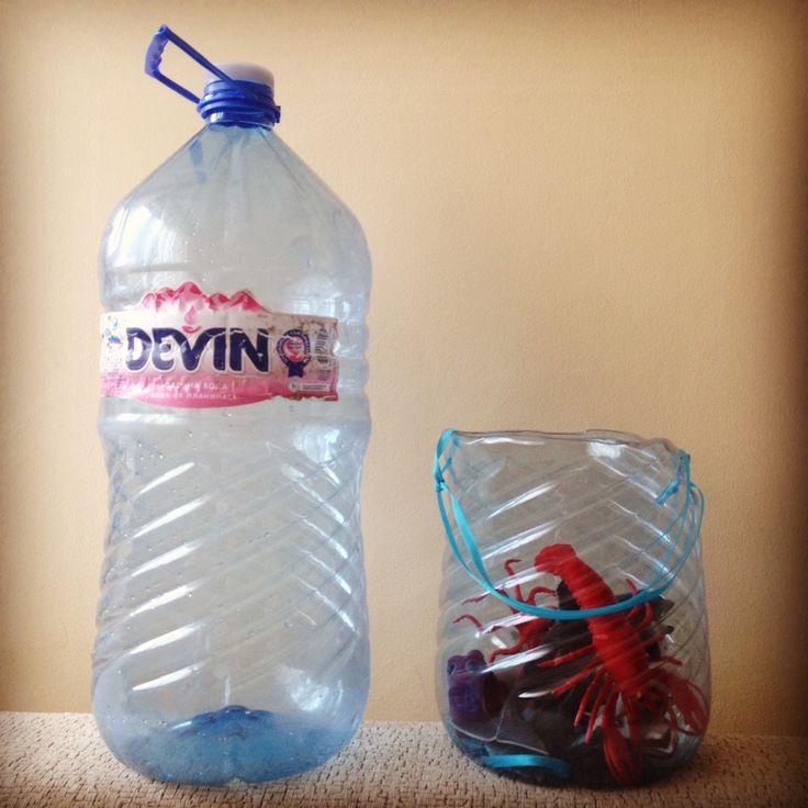 DIY contenitori per giocattoli dei bimbi, da bottiglie di plastica 5/10 litri. Dopo il taglio, arrotondare il bordo con la fiamma. Manici, a piacere.
