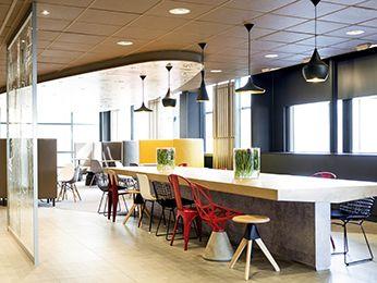 L'hôtel ibis Schiphol Amsterdam Airport est facile d'accès par les autoroutes A4 et A9 ou depuis l'aéroport par la navette gratuite entre 5 h et 1 h. Rejoignez le centre-ville d'Amsterdam en 25 minutes en transport en commun, où vous attendent les sites touristiques tels que le Rijksmuseum, le Stedelijk Museum et la maison d'Anne Frank. L'Arena, le Ziggo Dome, le RAI et le WTC sont également faciles d'accès par les transports publics ou en taxi.