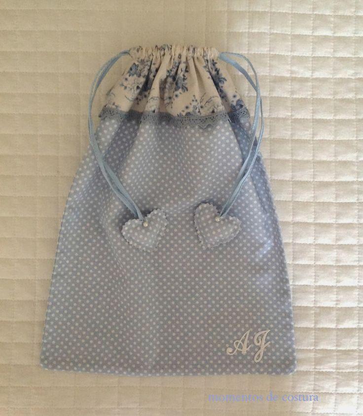 Otro detalle que podríamos hacer yañadir ala lista de regalos handmade es este conjunto de bolsa y sobre de tela. Con una línea romántica...