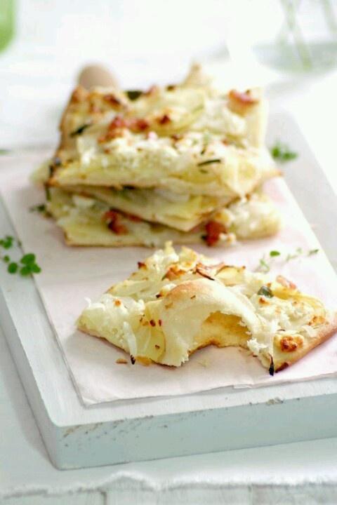 Masa de pizza con queso de cabra, cebolla y bacon
