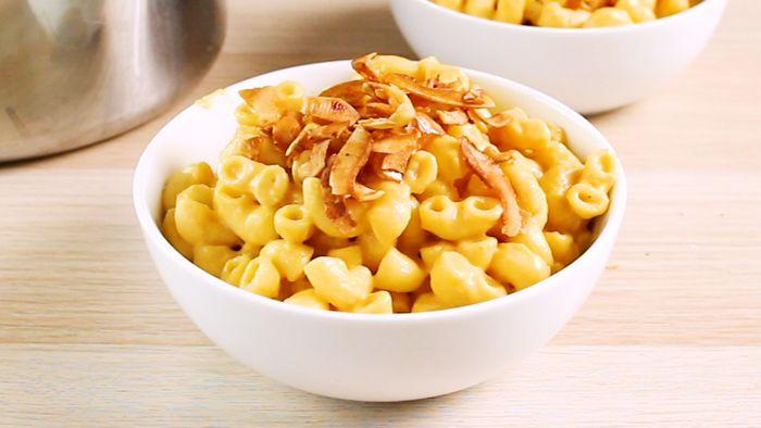 Det här är den krämigaste mac 'n' cheesen du kan tänka dig...gjord på sötpotatis! Tänk dig den sen toppad med knaprig, lätt rökig kokosbacon!