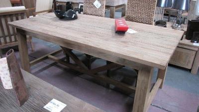 Základem je rustikálně opotřebovaný stůl