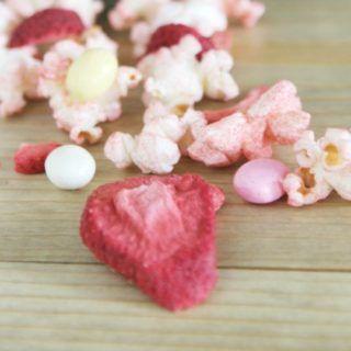 100 calorie snack idea. strawberry popcorn recipe.