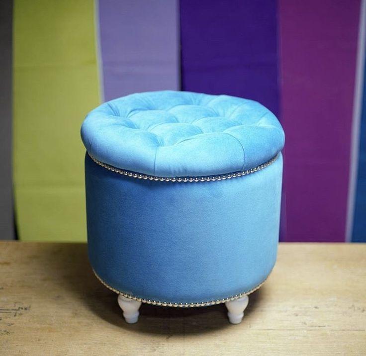 Круглый пуфик голубого цвета имеет ящик для хранения вещей под крышкой!