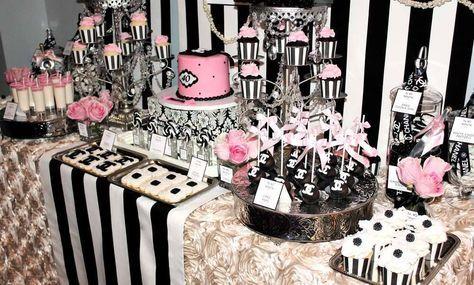 Una decoración de lo más elegante, combinada en blanco, negro y unos toques en rosa o dorado, el tema de esta fiestade cumpleaños está inspirado en Coco Chanel y su famoso perfume. El logo de la marca, las perlas y la flor de la camelia, emblema de la marca, son los detalles incorporados a esta