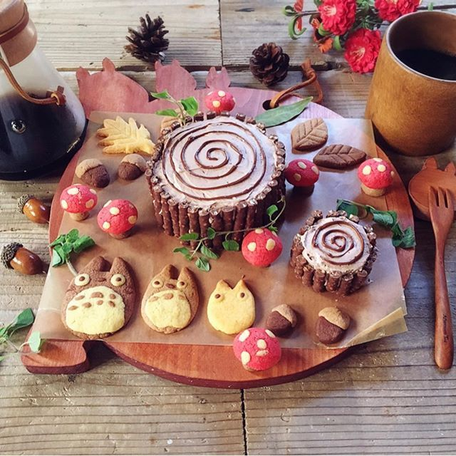【totoro.love.totoro】さんのInstagramをピンしています。 《ブッシュドノエル作ろうと思って 切り株ケーキに変えました 中はロールケーキでめっちゃ美味しい . #森のケーキ #ブッシュドノエル #切り株ケーキ #秋 #ケーキ #手作りケーキ #手作り #切り株 #森 #クッキー #トトロクッキー #トトロ #きのこクッキー #きのこ #おうちカフェ #コーヒー #木のコップ #totoro #mushroom #BushdeNoel #Noel #cake #Coffee #CHEMEX #Cuttingboard #woodwork #wood #handmade #servingboard》