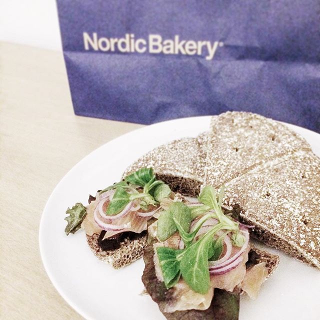 Scandivian delicacy - rye bread with smoked salmon 😍 had to spoil myself to a cinnamon bun too, as it's the National Cinnamon Bun Day back home 🇸🇪 #ryebread #darkbread #bread #wholemealbread #wholemeal #salmon #smokedsalmon #gravadlax #lax #cinnamonrolls #kanelbulle #kanelbullensdag #swedishgirl #swedish #swedishdelight #nordicbakery #swedishfood #instadaily #instafood #picoftheday #photography #photooftheday #foodforthought #foodphotography
