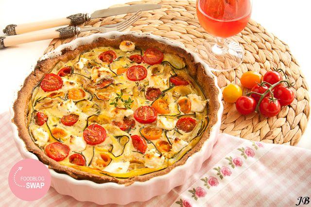 Zomerse taart met courgette & tomaatjes (ingrediënten: volkorenmeel, volle yoghurt, olijfolie, bakpoeder, peper/zout, verse tijm, courgette, cherrytomaatjes, geitenkaas en ei (2 st)) (@ Carolines Blog)